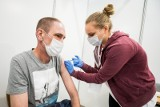 Tak działa pilotażowy punkt szczepień powszechnych na UTP w Bydgoszczy. Byliśmy tam i rozmawialiśmy z pacjentami [zdjęcia, wideo]