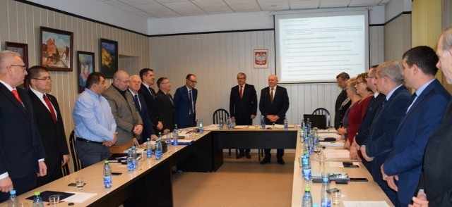 W czasie pierwszej sesji rady miejskiej w Skwierzynie nie było żadnych tarć miedzy radnymi. Wszystkie 15 mandatów zdobyli kandydaci z komitetu burmistrza, którzy zgodnie podzielili się stanowiskami. Szefem rady został Zygmunt Kadłubiski, jego zastępcą Adam Durajczyk, a a byłej przewodniczącej Zofii Zawłockiej radni powierzyli stanowisko przewodniczącej komisji rewizyjnej.