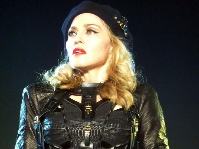 Madonna podczas koncertu w Vancouver (zdjęcie znajduje się w Wikimedia Commons – repozytorium wolnych zasobów)