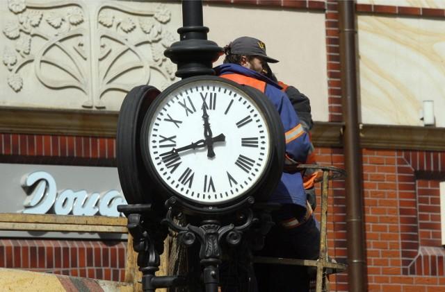Zmiana z czasu letniego na zimowy, nastąpi w nocy z 29 na 30 października. Zegarki przestawiamy z godziny 3:00 na godzinę 2:00. Tak więc z soboty na niedzielę śpimy dłużej!
