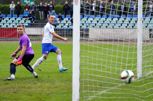 Bartosz Praciak pozostawiony przed bramką nie ma litości dla przeciwników.