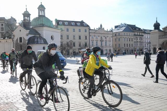 Czy na rowerze trzeba mieć maseczkę? Czy w czasie biegania trzeba zasłaniać twarz? Jaki mandat za brak maseczki na rowerze?
