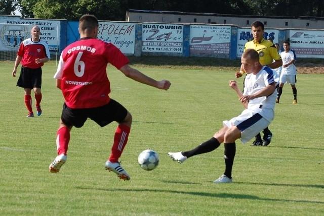 JKS Jarosław zapewnił sobie awans do III ligiMecz rozpoczął się po myśli jarosławian, którzy już w 10. minucie cieszyli się z gola. Bartłomiej Raba wykorzystał dokładne podanie Jurczaka i strzelił na 1-0.