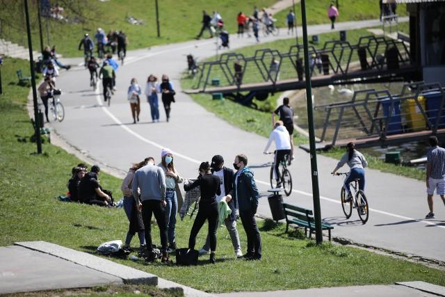 Spacery, spotkania, przejażdżki rowerem - gdyby nie maseczki, można by się nie zorientować, że to nadal wiosna w pandemii