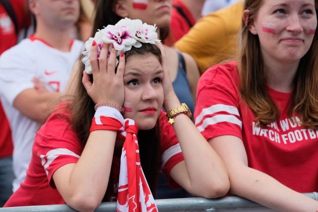 W pierwszym meczu na mundialu w Rosji Polska przegrała z Senegalem 1:2. Chociaż piłkarze nie spełnili pokładanych w nich nadziei, to na pewno nie zawiedli kibice, którzy tłumnie dopingowali Biało-Czerwonych. Zobaczcie, co działo się w strefie kibica na MTP, a jeśli tam byliście, to poszukacie się na zdjęciach.  Kolejny mecz Polaków na MŚ w Rosji już w niedzielę. Rywalem będzie Kolumbia.Zobacz kolejne zdjęcie ------>