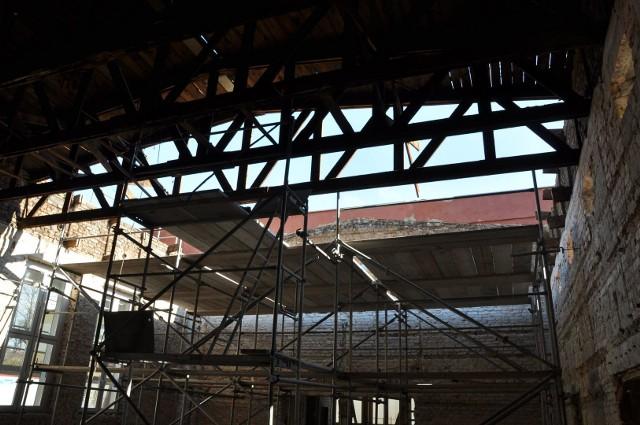 Konkurs na plastykę wielkanocną, organizowany przez Szubiński Dom Kultury od 22 lat, został z powodu pandemii odwołany. Bez przeszkód trwają natomiast prace przy  sztandarowej dla miejscowej kultury inwestycji. Chodzi  o  rozpoczętą zimą rozbudowę, przebudowę i modernizację   domu kultury w Szubinie. O pierwszych działaniach budowlańców, w budynku przy ul. Kcyńskiej,  informowaliśmy miesiąc temu. Dziś  kilka migawek z placu budowy, które obrazują skalę robót. - Dokonano kolejnych wyburzeń w obiekcie. W pomieszczeniach parterowych rozebrano resztę stropów łącząc parter z piętrem, gdzie mieściły się biura.  Tylko  w  nielicznych pomieszczeniach zostały tynki. Skuto też posadzki poza holem  i  kawiarnią. Z kolei w sali widowiskowej zdemontowano połowę dachu - relacjonują  przebieg robót pracownicy SzDK.