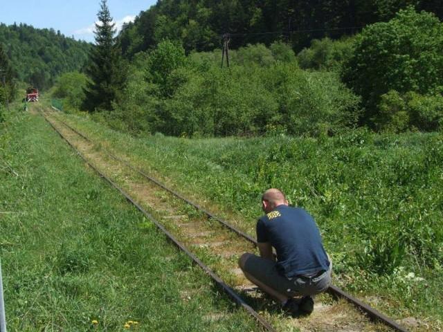 """Widzowie będą mogli zapoznać się z ciekawą historią Bieszczadzkiej Kolejki Leśnej. Na zdjęciu: realizacja odcinka programu """"Las bliżej nas"""", który zostanie wyemitowany 25 maja."""