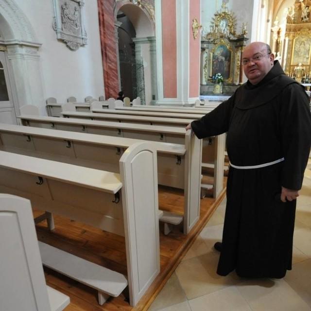 - Przede wszystkim trzeba poprawić stabilność klęczników. Dodatkowe wsporniki załatwią sprawę - mówi ojciec Klemens, gwardian opolskich franciszkanów.