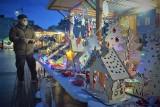 Jarmark bożonarodzeniowy stanął na Rynku w Kędzierzynie-Koźlu. Jest nastrojowo i świątecznie pomimo pandemii