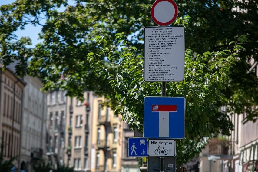 Zmiany te wpłyną m.in. na sposób i zakres informacji przekazywanych kierującym pojazdami, a w konsekwencji przyczynią się do wzrostu bezpieczeństwa uczestników ruchu drogowego oraz komfortu podróżowania. Zobacz jakie nowe znaki dojdą do kodeksu drogowego!