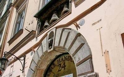 Sporo z nielegalnych reklam na terenie Starego Miasta zostało usuniętych Fot. Anna Kaczmarz