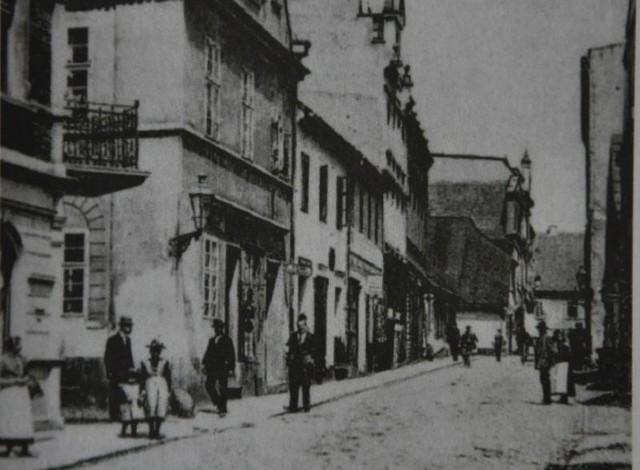 Dawna Oppelner Gasse, czyli dzisiejsza ulica Armii Krajowej, łącząca Rynek z Wielkim Przedmieściem. Przy tej ulicy stał dom rodzinny Józefa Lompy.
