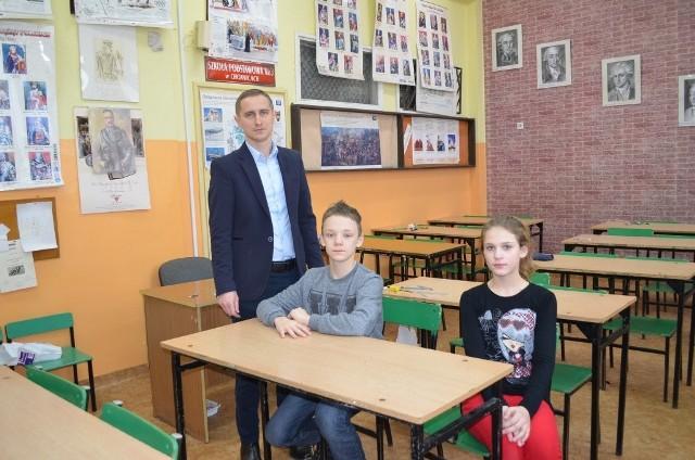 Teraz przerwa, a jeszcze Weronika i Jeremi będą pisać część z jęz. angielskiego.  Jest z nimi wychowawca klasy Piotr Skorupski.