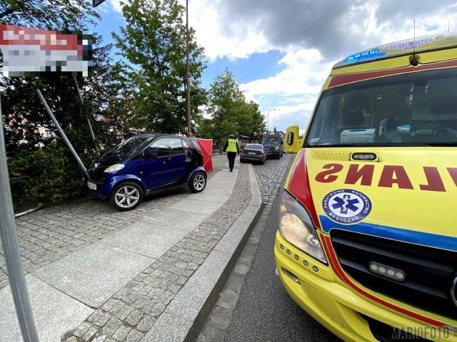 Jadący ul. Piastowską w Opolu kierowca smarta zasłabł, wjechał na chodnik i uderzył w reklamę.