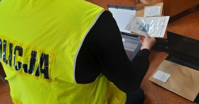 Fałszywki rozprowadzane były na terenie gminy Pokój. Do sprawy zatrzymano trzy osoby.