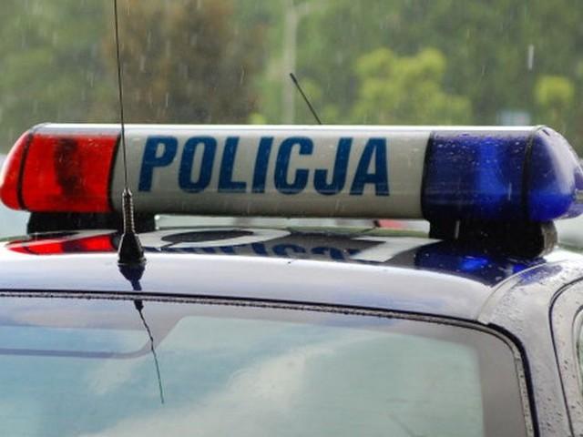 Na ulicy Sucharskiego w Bytowie policjanci zatrzymali do kontroli Volkswagena, którego kierowca używał niebieskich świateł błyskowych.