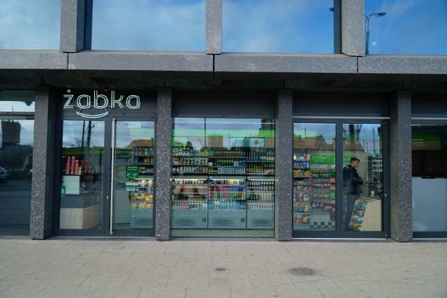 Otwarty na parterze Bałtyku sklep sieci Żabka ma zaledwie niecałe 16 metrów kwadratowych.