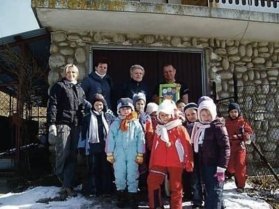 Podczas wyprawy narciarskiej przedszkolaki odwiedziły także Kasinę Wielką, gdzie rozmawiały z ojcem Justyny Kowalczyk Fot. archiwum Przedszkola nr 2 w Wieliczce