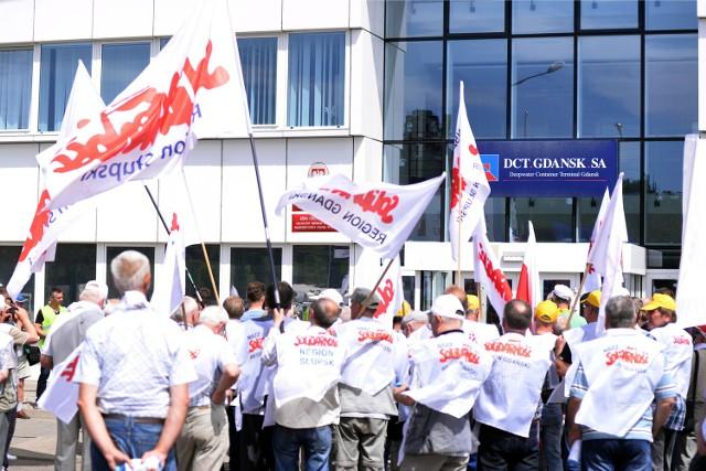 Koniec konfliktu w gdańskim terminalu DCT. Jest zgoda zarządu i dokerówW lipcu 2015 roku związkowcy zorganizowali demonstrację przed terminalem