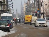 Deptak to nie parking! Identyfikatory dla dostawców jedzenia mają ukrócić dzikie parkowanie na ul. Piotrkowskiej
