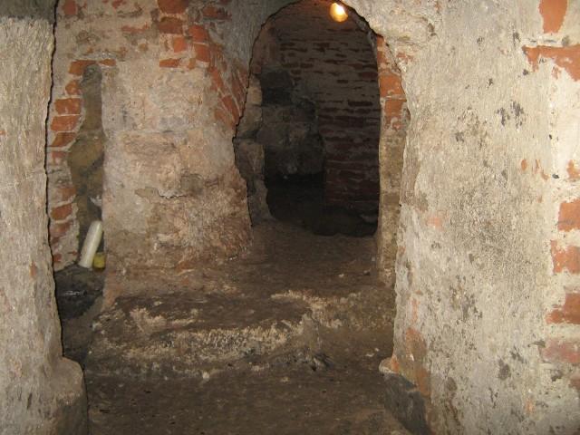 Rotunda Świętego Mikołaja w podziemiach bazyliki archikatedralnej w Przemyślu należy do najciekawszych zabytków w regionie. Na zdjęciach widok po i przed remontem.