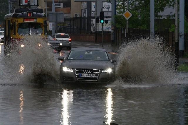 Intensywne opady deszczu spowodowały lokalne podtopienia. Tradycyjnie już spore rozlewisko utworzyło się na ul. Kilińskiego.Zobacz zdjęcia na kolejnych slajdach