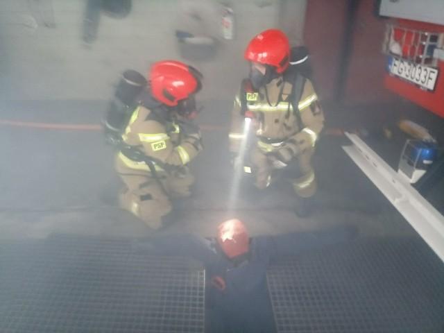 """Do jednego z pomieszczeń komedy powiatowej w Świebodzinie wpuszczono dym, a wcześniej ułożono manekina. Strażacy musieli uratować """"poszkodowanego""""."""