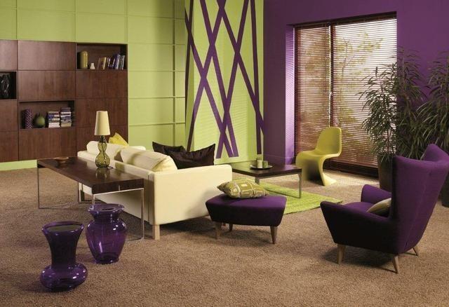 Salon w fiolecie i zieleniBrakuje Ci energii? Postaw na dynamiczny salon. Efekt ten uzyskasz na przykład stosując intensywną zieleń połączoną z głębokim fioletem.