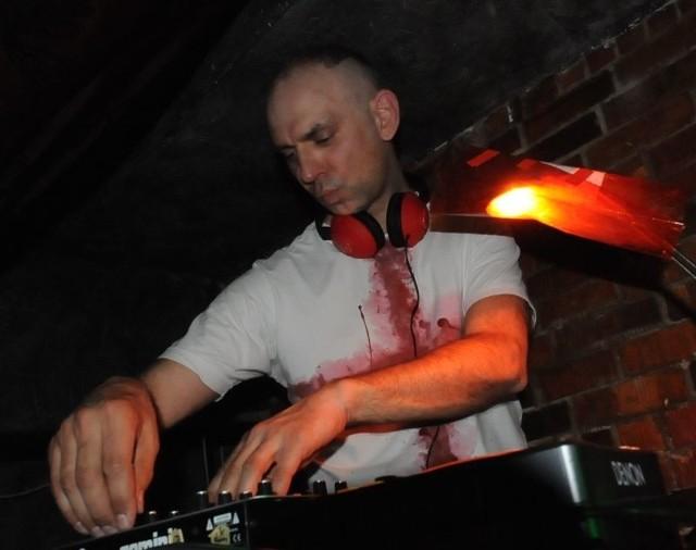 Charyzmatyczny DJ Hiro Szyma jeszcze kilka godzin po koncercie skutecznie zapraszał na parkiet klubu Rock Out przebojami m.in. Depeche Mode