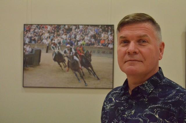 Jarosław Marcela wystawił m.in. swoje zdjęcia z wyścigów konnych w Siennie.