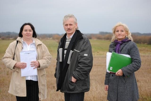 Od lewej: Małgorzata Zych, Jerzy i Małgorzata Białeccy. Za nimi łąki. Takie są okolice Królikowa. Jak długo jeszcze takie będą?