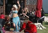 Półnaga tancerka i rycerska biesiada na początek sezonu