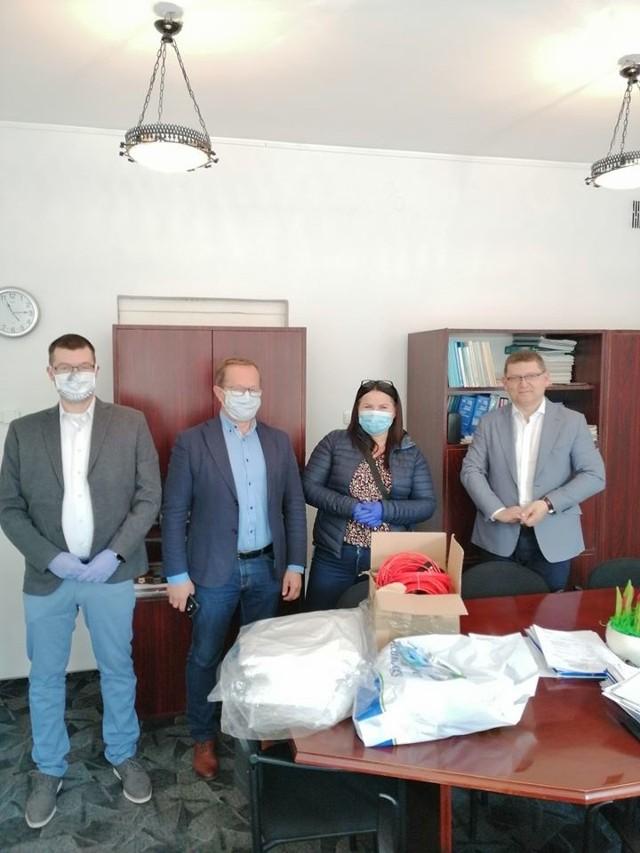 Sołtysi przekazali już zakupione maseczki, przyłbice i fartuchu na ręce dyrektora szpitala Adama Stycznia (z prawej)