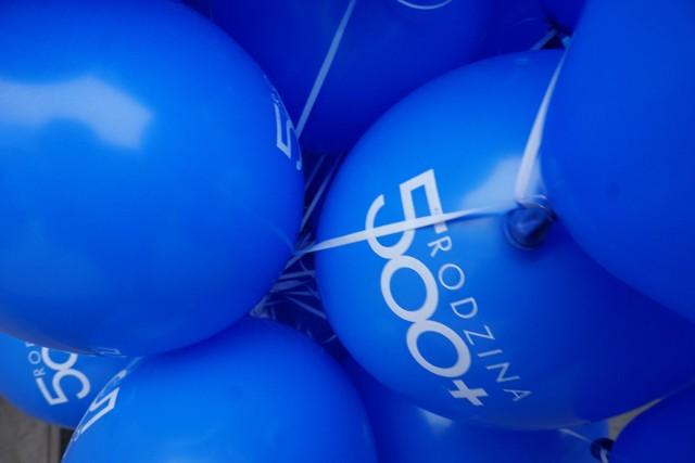 """1 kwietnia 2016 roku - wtedy w Polsce wprowadzono w życie sztandarowy program """"500 plus"""". Właśnie obchodzi urodziny."""