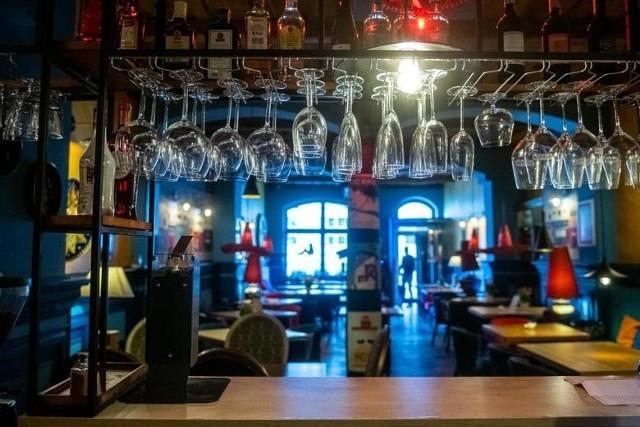 """Puby nieczynne, restauracje działają tylko """"na wynos"""". Dlaczego zatem przedsiębiorcy mają płacić """"kapslowe""""?"""