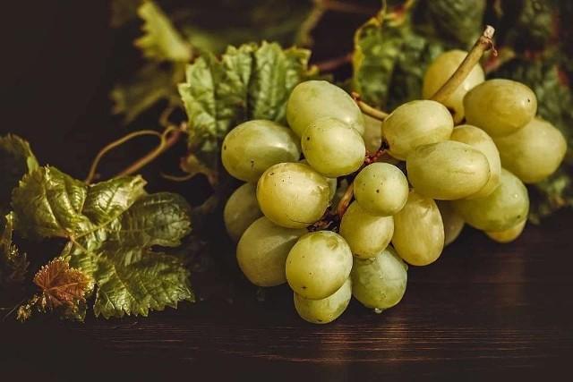 Winogrona są skarbnicą witamin i składników mineralnych. Zawierają witaminy C i A, witaminy z grupy B, potas, fosfor, wapń, magnez, cynk, miedź, żelazo. Zobaczcie, kiedy warto włączyć te pyszne owoce do diety. Szczegóły na kolejnych zdjęciach >>>