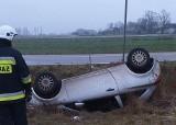 Olszewo. Opel dachował w rowie. Uwaga, trudne warunki na drogach! (zdjęcia)