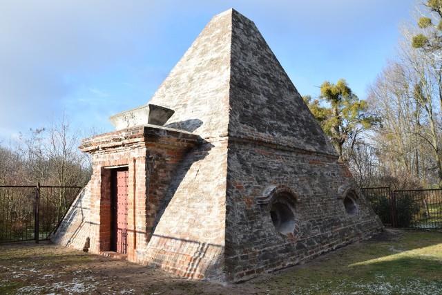 Piramida w Rożnowie - przed renowacją i po pracach zabezpieczających