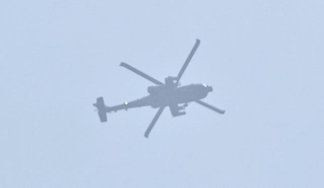 Śmigłowiec bojowy apache leciał na bardzo dużej wysokości. Słychać było jednak niecodzienny dźwięk silników. O wiele cięższy, niż zwykłego śmigłowca. Wiadomo było, że to maszyna wojskowa. Śmigłowiec nadleciał ze wschodu. Przeleciał koło Sulechowa. Nad Górzykowem zatoczył krąg. Tam oddał salwę. Potem odleciał na wschód. Zobacz też: Amerykańskie śmigłowce wojskowe wylądowały na polu niedaleko Strzelec Kraj. (wideo, zdjęcia)Maszyna z nad Górzykowa to najprawdopodobniej znany na całym świecie i słynący ze swojej niezawodności śmigłowiec apache. To podstawowa maszyna szturmowa amerykańskiej armii. Jego przeznaczenia to m. in. zwalczanie broni pancernej. Może latać w dzień oraz w nocy w różnych warunkach pogodowych. Ma opancerzoną kabinę załogi. Jedna maszyna może kosztować nawet 100 mln dolarów.