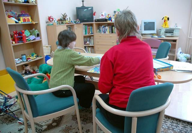 """W """"Zielonym Dworze"""" w Szczecinie od wielu lat mają opiekę również dzieci z Polic. Dyrektor placówki ma nadzieję, że nikt nie będzie chciał ich stąd zabrać."""