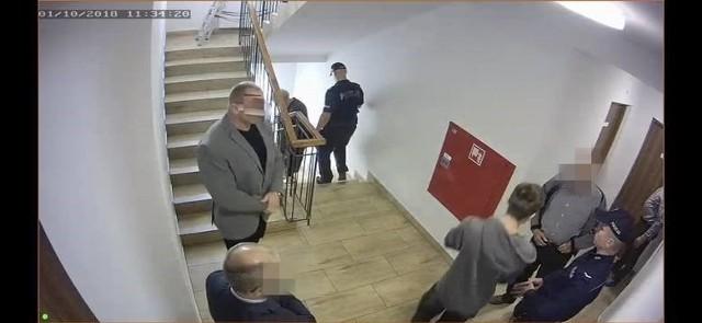 Zajście z udziałem słynnego strongmana uwieczniono na zdjęciach oraz na nagraniach kamer monitoringu. Widać też moment wiercenia dziur w drzwiach pokoju hotelowego celem wymiany zamków