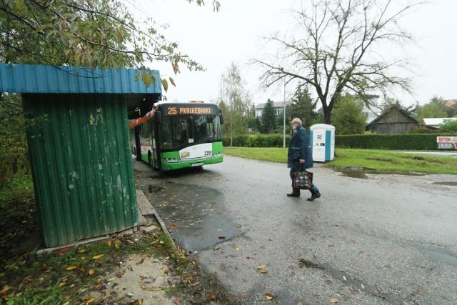 – Straciliśmy możliwość dojazdu do miasta i pracy – oburzają się pasażerowie z Prawiednik i Nowin i pytają co mają zrobić z wykupionymi biletami miesięcznymi