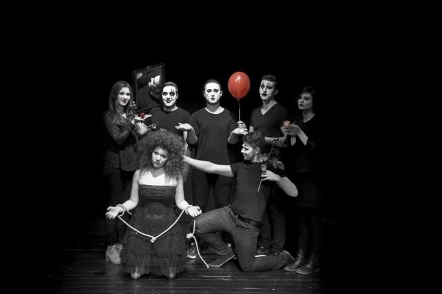 Zespół Holy Tram tworzą młodzi ludzie, którzy świetnie czują się na scenie i uwielbiają tworzyć muzykę w połączeniu z teatrem