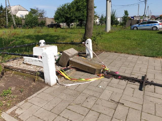 Wandale zniszczyli krzyż przydrożny w Tykocinie