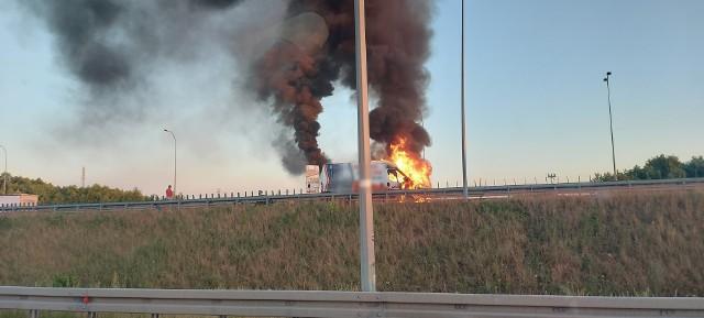 Tak wyglądał pożar busa przy węźle Bydgoszcz-Błonie.
