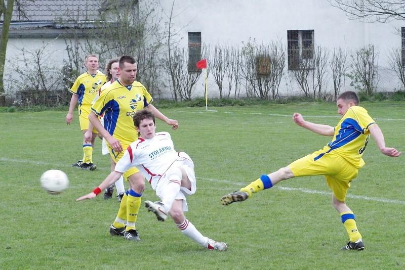 W Pruszczu celniej strzelali piłkarze Gromu  (białe koszulki). Wykorzystali oni prawie wszystkie swoje najlepsze okazje.