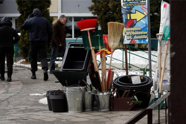 """Ponad 100 osób rozpocznie pracę w ramach programu zapoczątkowanego przez Zarząd Komunalnych Zasobów Lokalowych """"Gospodarz Domu"""". Zajmą się one odśnieżaniem, sprzątaniem powierzchni wspólnych, czy pielęgnacją zieleni."""
