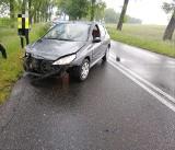 Wypadek na drodze Wrocław - Strzelin. Przód auta skasowany