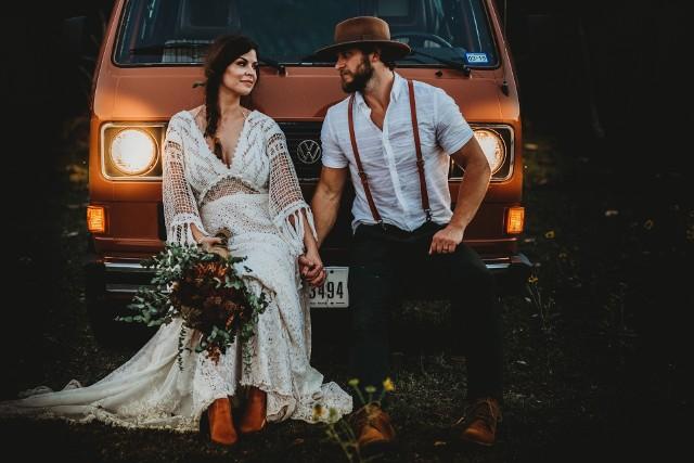 Jak ślub, to wesele! A te w Polsce często bywają długie i huczne. Pytanie tylko: czy naprawdę warto? Jeśli stoisz przed organizacją własnego ślubu i wesela i wahasz się pomiędzy kameralnym przyjęciem a wielką imprezą, zobacz dlaczego nie warto wyprawiać hucznego wesela. Przekonamy cię?