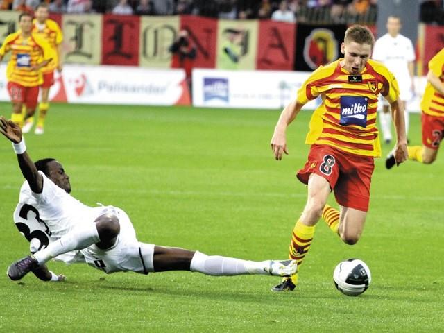 Przed rokiem jagiellończycy pokonali u siebie Zagłębie 2:0, a jednym z bohaterów tego spotkania był Tomasz Kupisz (przy piłce)